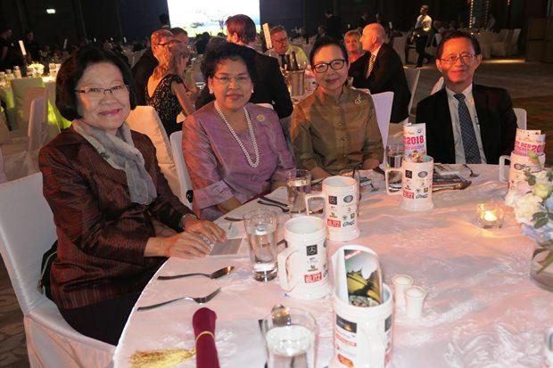 Die Präsidentin der Chitralada Palastschule Dr. Kunying Sumonta Promboon (links) und einige andere Professoren der Schule.