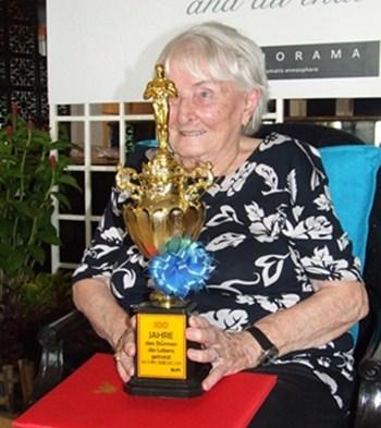 Herta erhält zu ihren 100sten einen Pokal mit der Oscar Statue für ihre besonderen Verdienste in ihrem langen Leben. (Nachzulesen mit vielen Fotos unter: www.pattayablatt.com   10. Jahrgang, Ausgabe Nr.09, Sonntag 1. Mai - Sonntag 15. Mai , 2011)