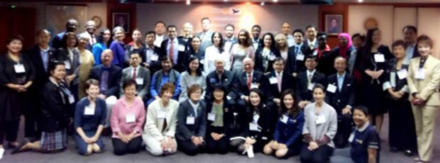Gruppenbild mit allen Beteiligten. In Bildmitte ist Past Rotary International Präsident Bhichai Rattakul, der Initiator des Rotary Peace Center in Thailand., zu sehen.