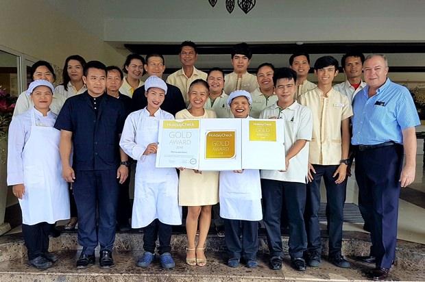 Das Thai Garden Resort Team präsentiert stolz die neu erhaltene Auszeichnung von HolidayCheck Deutschland.