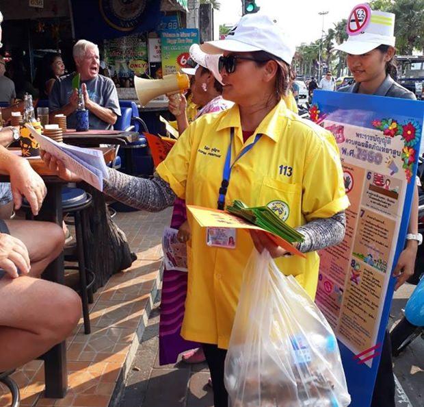 Gesundheitsarbeiter verteilen Flugblätter.