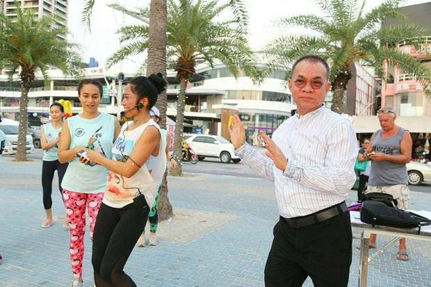 Pattayas Vize-Stadtsekretär Wuthipol Charoenpol führt die Parade an.