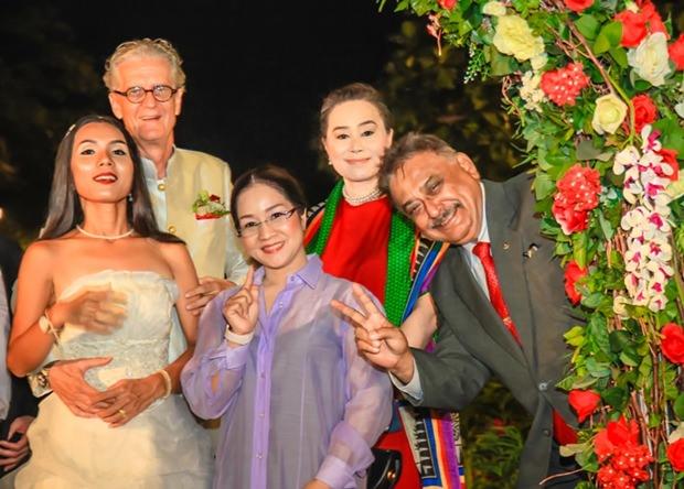 Jo und Noi begrüßen Suthasinee Maneekul, Mae Mahaphaisan und Peter Malhotra zur Hochzeits-Party.