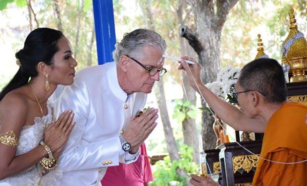 1.Der höchste Mönch zeichnet heilige Symbole auf die Stirn des Brautpaares.