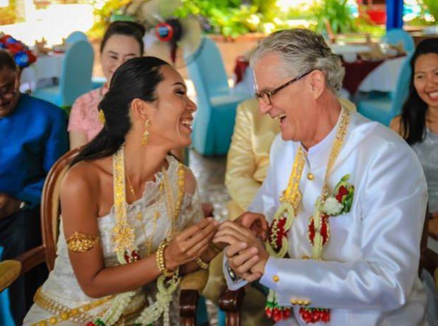 Jo und Noi tauschen fröhlich die Eheringe.