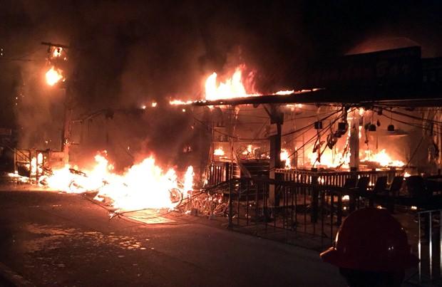 Bier Bars stehen in Flammen nach der Explosion des Transformators.