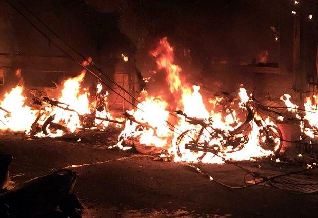 Motorräder gehen in Flammen auf.