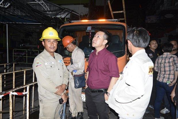 Hilfsmannschaften waren sehr schnell zur Stelle aber 10 Feuerwehrautos mussten 30 Minuten lang kämpfen um das Feuer unter Kontrolle zu bringen.
