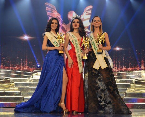 Die drei schönsten Transvestiten stellen sich nach der Wahl zum offiziellen Foto: Nguyen Huong Giang (Mitte), Jacqueline (rechts) und Rinrada Thurapam (links).