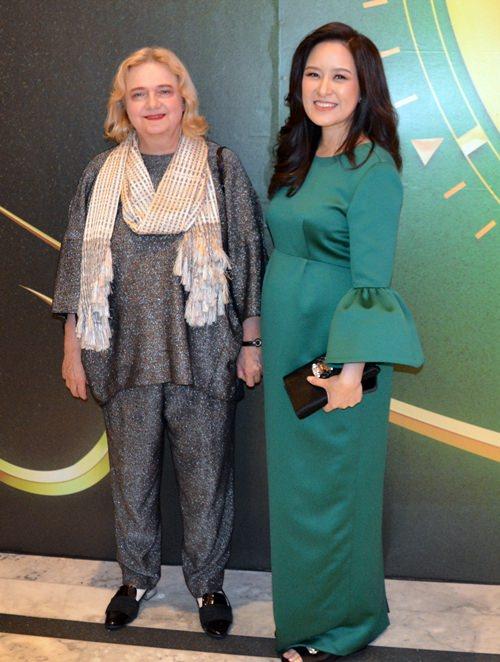Ihre Exzellenz, die österreichische Botschafterin Dr. Eva Hager (links) mit Alisa Phanthusak.