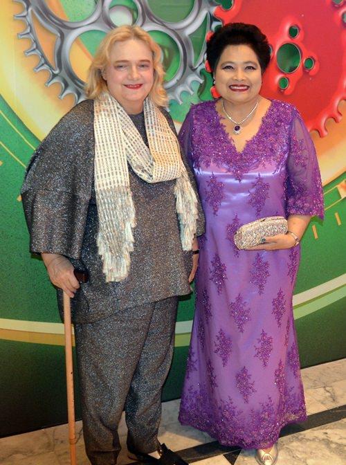 Botschafterin Dr. Eva Hager (links) hier im Bild mit Mit-Jurorin Saisom Wongsasuluck.