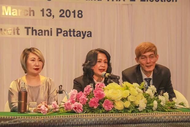1.Pakamon Wongyai (Mitte) derneue Präsident der THA-E mit seinen beiden Vizepräsidenten, Rungthip Suksrikarn (links) und Sanpech Supabowornsthien (rechts).