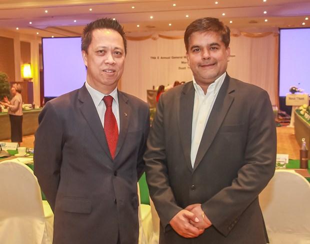 Neoh Keen Boon, GM des Dusit Thani und Gastgeber der Veranstaltung begrüßt Tony Malhotra von der Pattaya Mail Media Gruppe.