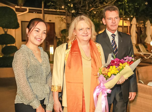 Honorarkonsul und Vize-Honorarkonsulin mit Botschafterin Dr. Eva Hager.