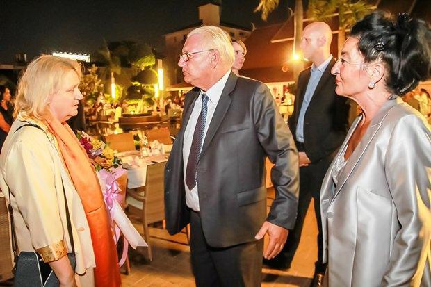Maria und Harald Nusshold begrüßen die Botschafterin (links).