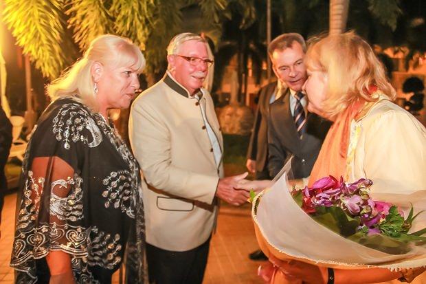 Lilly und Herbert Pfeifer werden der Botschafterin vorgestellt.
