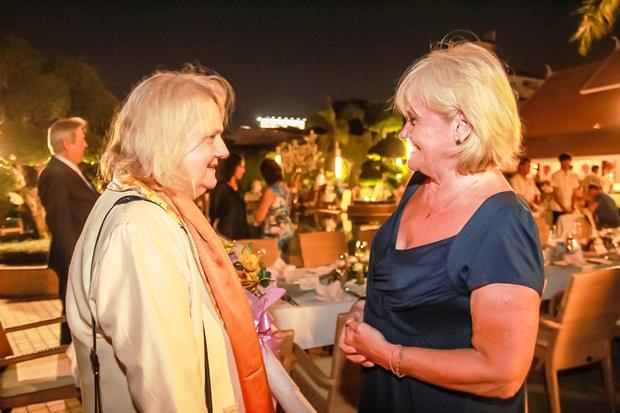 Botschafterin Dr. Eva Hager (links) und Gerda Nufer bei einem Schwätzchen.