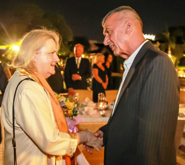 Johannes Falkensteiner drückt seine Freude über den Besuch der Botschafterin aus.