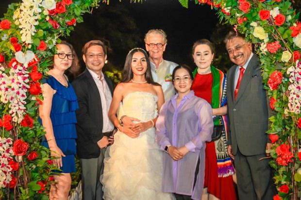 Die Pattaya Mail Familie gratuliert.