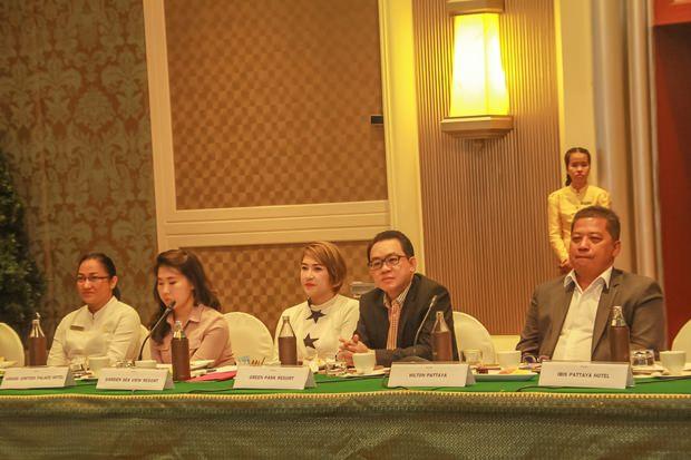 Thanet Supornsahatrangsi, (2. von rechts) ein Veteranhotelier, Vorsitzender des Chonburi Tourismusindustrie-Rates, Pattaya City Stadtrat und Kommittee Mitglied verfolgt die Wahlen.