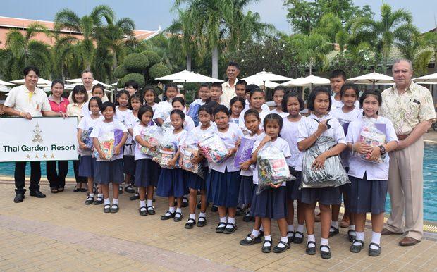 Rene Pisters (General Manager), Khun Sanich (EAM des Hotels), Danilo Becker (Hotelmanager), Khun Malai (Front Office Manager) und Khun Teerachon (Chefingenieur) zauberten mit dieser Aktion wieder ein Lächeln in die Gesichert der 26 Kinder.