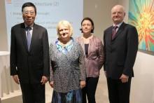 (Von links) Der Präsident der gesetzgebenden Versammlung Thailands, Prof. Pornpetch Witchicholchai, ihre Exzellenz Botschafterin Dr. Eva Hager, die Architektin Marlies Breuss und der Generaldirektor des Außenministeriums, Botschafter Michael Zimmermann.