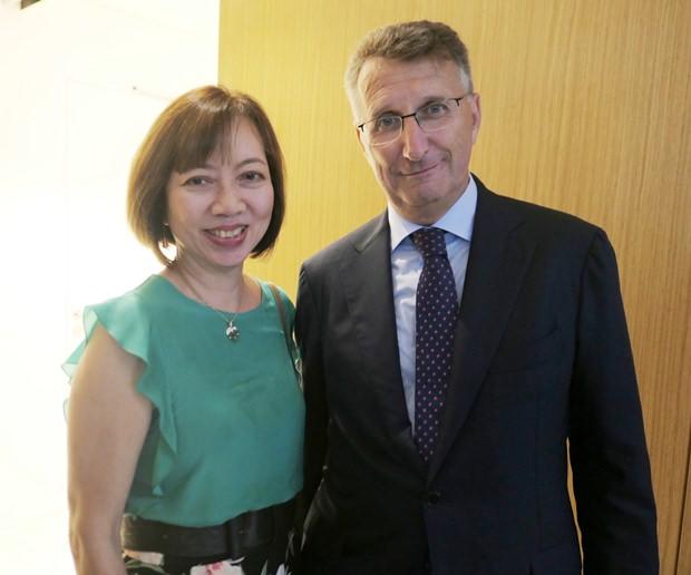 Der deutsche Botschafter Peter Prügel (rechts) mit der Präsidentin der Thai-Deutschen Gesellschaft Professor Dr. phil Pornsan Watanangura.