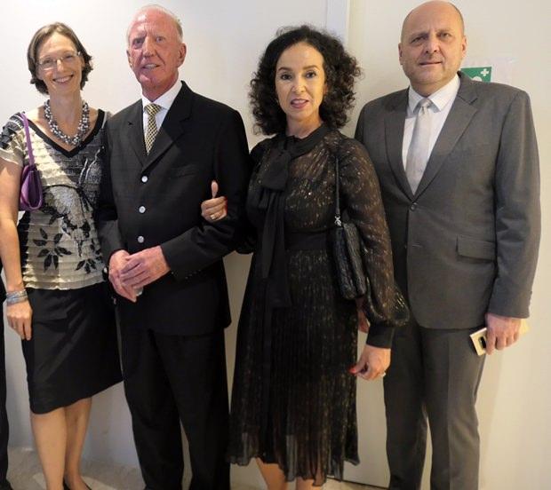 Die Sekretärin der Thai Austrian Society Caroline Braunshofer mit Gerrit und Anselma Niehaus und Dr. Roland Wein, dem Direktor der deutschen Handelskammer.