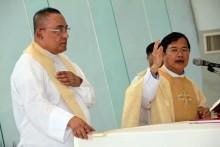 Vater Corise Legaspi (links) und Vater Michael bei der heiligen Messe.