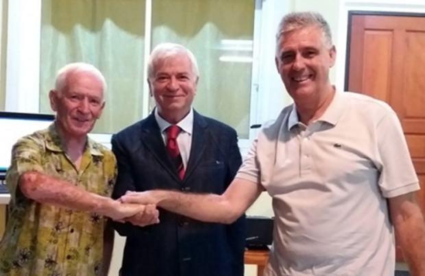 Ein echter Entertainer: Paolo Battaglone (Mitte), mit Gerry (links) und Donaat Wernieuwe, den beiden Musikern.