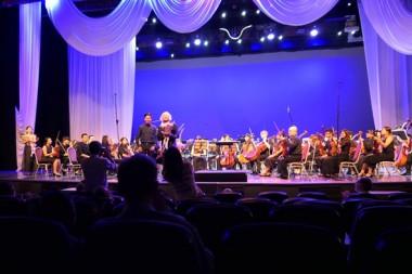Der wunderbare Dirigent Hikotaro Yazaki vor seinem Orchester.
