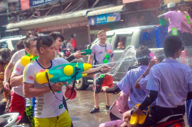 Krieg zwischen Schülern und Touristen.