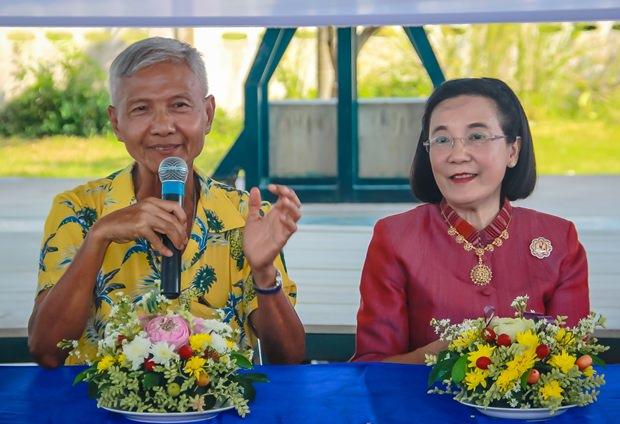 (Von links) Sampan Akarapongpanit, Vizevorsitzender des HHNFT und Direktorin Radchada Chomjinda segnen die Kinder und Angestellten.