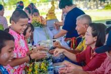 Verschiedene Thaitänze werden gezeigt.
