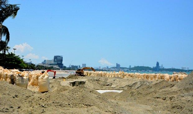 Firmen arbeiten nun wieder eifrig daran den Sand aufzufüllen.