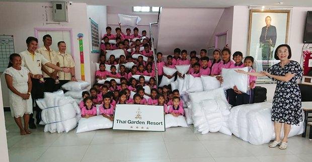 Thai Garden Resort Pattaya Hotelmanager Danilo Becker übergibt im Auftrag des Hotelmanagements die 150 Kopfkissen an Radchada Chomjinda, die Direktorin der HHNFT.