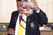 Peter Malhotra stellt das Clublogo des deutschsprachigen Clubs Phönix Pattaya.