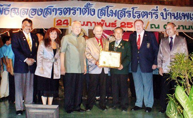 Bhichai Rattakul ist Zeuge der symbolischen Überreichung der Gründungsurkunde an den Rotary Club Phönix Pattaya. (Von links) Peter Malhotra, Elfi Seitz, Bhichai Rattakul, Stefan Heynert, Dr. Arnon Chirajavala, Trutz Fiddickow und Klaus Zauner.