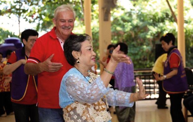 Die Leute im Altersheim Banglamung freuen sich immer wenn sie ein wenig Zuwendung bekommen.