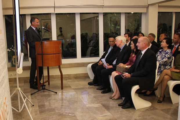 Botschafter Peter Prügel begrüßt alle Gäste.
