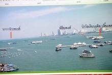 Fotos der drei Restaurantschiffe, Navachakprad, Piriyapong, und New Oriental werden gezeigt, wie sie die schwarzen Plastiksäck im Wasser mitschleppen.