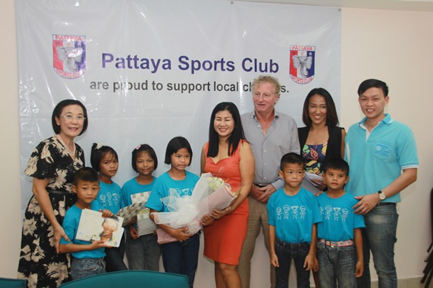 Radchada Chomjinda, Direktorin von HHNFT und einige der Kinder erhalten das Geld aus den Händen von PSC Präsident Maurice Robert und Noi Emerson.