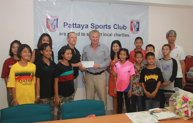 Die Spende für die Father Ray Foundation nahm Derek Franklin genmeinsam mit einigen Kindern von Maurice Robert  und Noi Emerson entgegen.