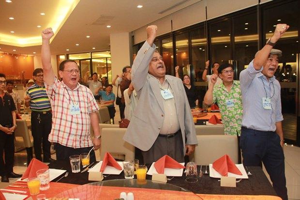 (Von links) Pramote Pattanasin, Eigentümer der Banglamung Eisfabrik und Tiger Trinkwasser, Peter Malhotra, MD der Pattaya Mail Media Gruppe (der ersten englischsrachigen Zeitung Pattayas), und Yupparaj Wongdaowkul, Vorsitzender der Bartender Vereinigung der Ostküste.