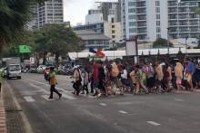 Verkehrspolizisten checken ob die neue Regelung auch eingehalten wird.