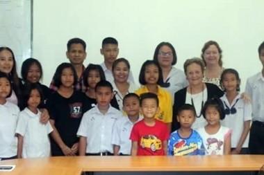 Thanet Phuyim und Liz Lhen Lhen vergeben die Stipendien.