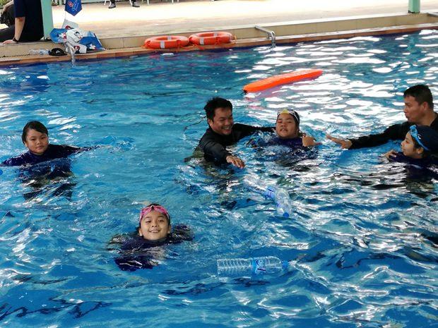 Überleben im Wasser mit Hilfsmitteln wird gelehrt.