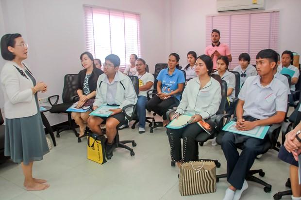 RadchadaChmjinda, die Direktorin der HHNFT sagt den Kindern was nötig ist, solche Stipendien zu erhalten.