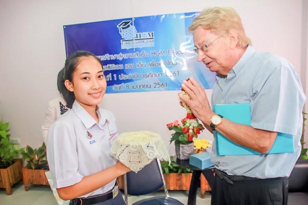 Saranee Manesaeng, eine Begünstigte, bedankt sic him Namen aller Studenten.