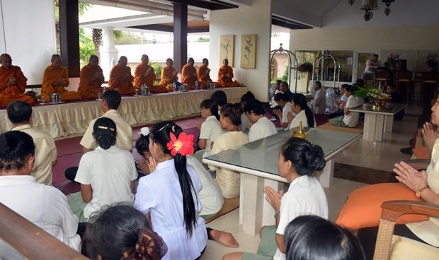 Neun Mönchen segnen alle 160 Angestellten für das kommende Jahr.